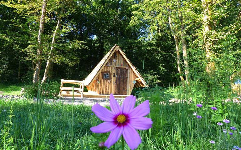 Atypical accommodation in Alsace, overview of the Witch's wooden hut at the campsite Les Castors