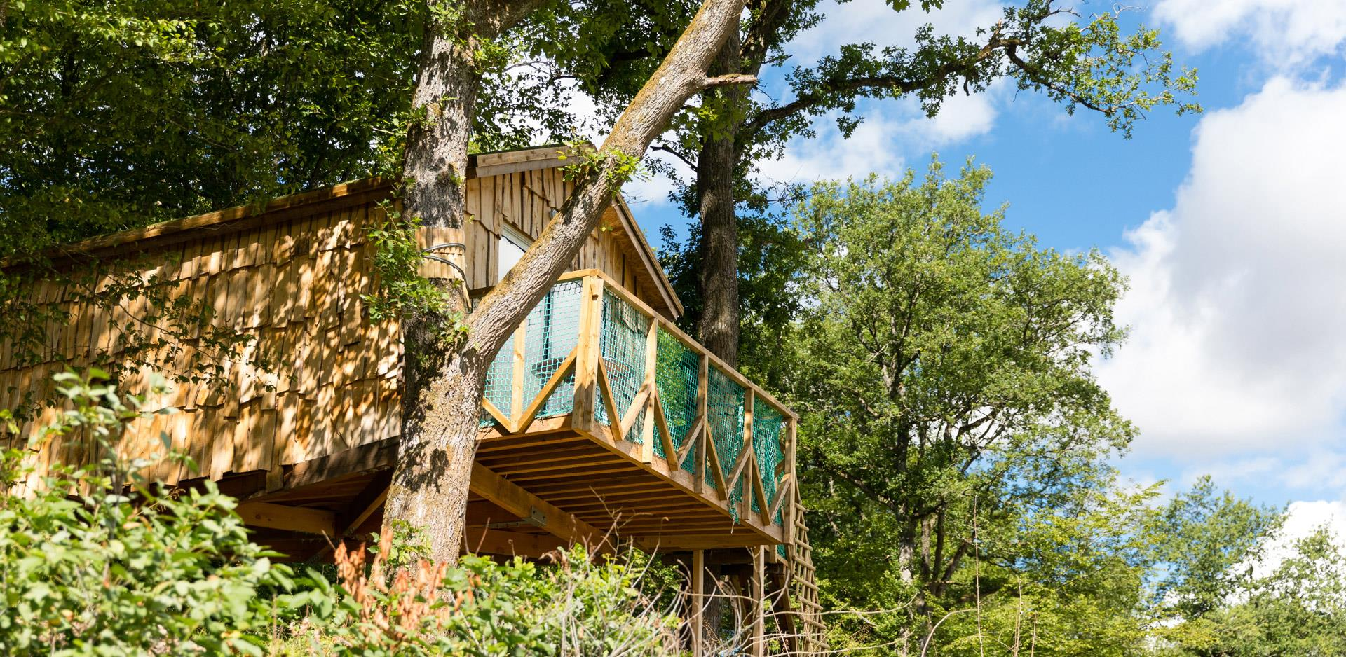 Rental of atypical accommodations in the Haut-Rhin: view of the atypical Suspended in the Trees Hut Robin Hood