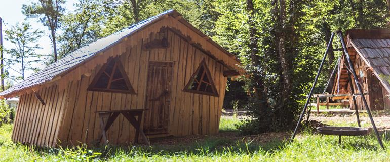 The Campsite Les Castors in the Haut-Rhin, offers accommodation in unusual cabins, atypical huts and guarantees an assured change of scenery