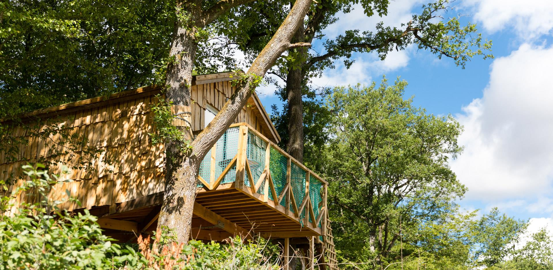 The suspended in the trees hut Robin Hood, atypical accommodation in Alsace at the campsite Les Castors