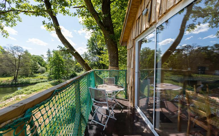Outside furniture of the suspended in the trees hut Robin Hood, rental of atypical accommodations in Alsace at the campsite Les Castors
