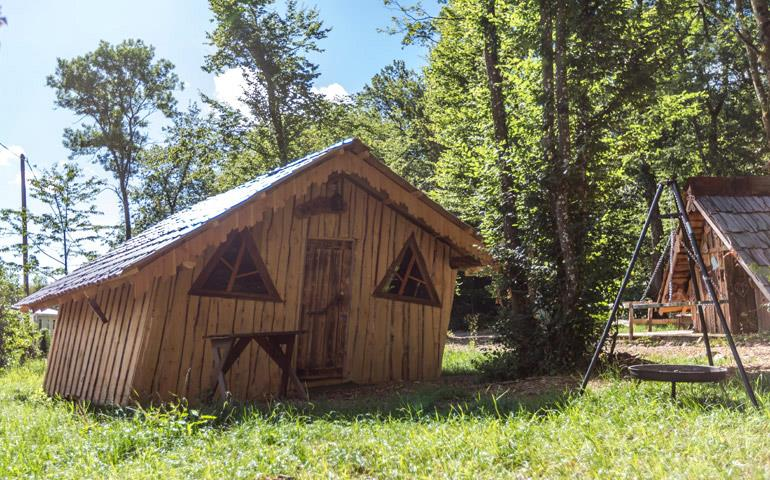 Outside view of the cabin to rent Wooden Hut of Hansel in Alsace at the Campsite Les Castors
