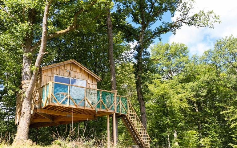 Overall view of the suspended in the trees hut Robin Hood, rental of atypical accommodations at the campsite Les Castors in the Haut-Rhin