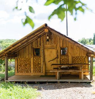 Rental of the atypical wooden hut of the lumberjack in the Haut-Rhin at the Campsite Les Castors