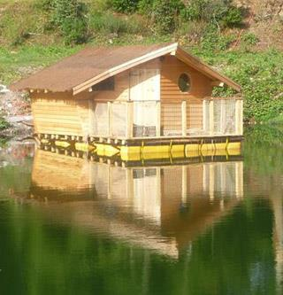 Rental of an unusual accommodation in Alsace, floating wooden hut Ariel at the Campsite Les Castors